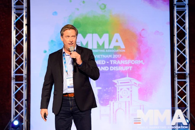 Ông Edward Thesiger, Tổng giám đốc GroupM Việt Nam và Indonesia chia sẻ mobile marketing là xu hướng tất yếu tại diễn đàn MMA 2017.